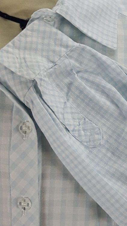 Vue de détail d'un chemisier en tissu vichy deux tailles, zoom sur la patte capucin de la fente du poignet - modèle exemple des ateliers Rêve à Soie