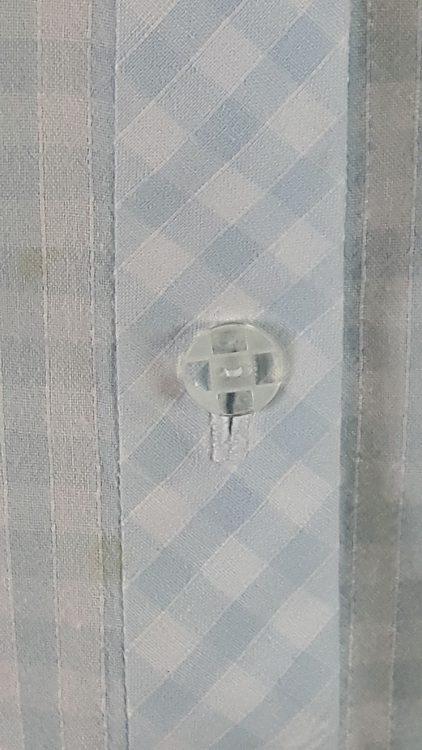Vue de détail d'un chemisier en tissu vichy deux tailles, zoom sur la patte de boutonnage et les boutons à motif vichy - modèle exemple des ateliers Rêve à Soie