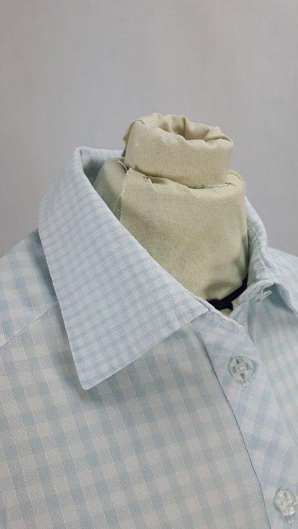 Vue de détail d'un chemisier en tissu vichy deux tailles, zoom sur le col et l'empiècement d'épaule en biais vus de face - modèle exemple des ateliers Rêve à Soie