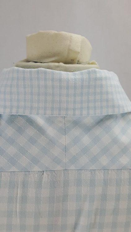 Vue de détail d'un chemisier en tissu vichy deux tailles, zoom sur le col et l'empiècement d'épaule en biais vus de dos - modèle exemple des ateliers Rêve à Soie