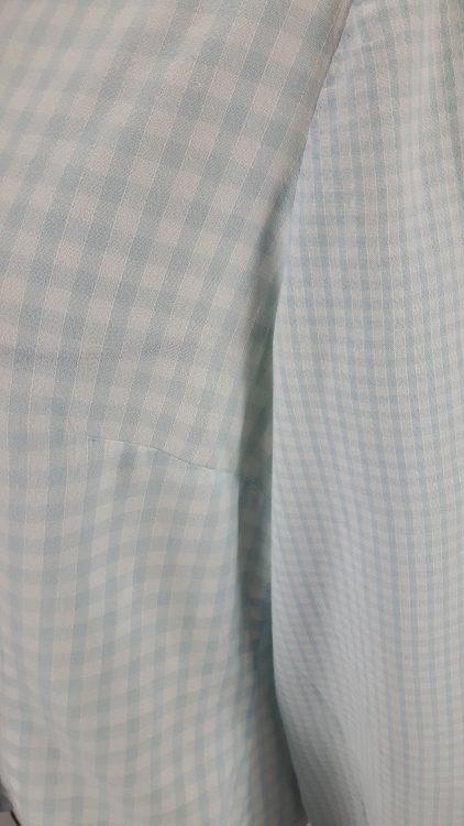 Vue de détail d'un chemisier en tissu vichy deux tailles, zoom sur la pince de poitrine et la manche - modèle exemple des ateliers Rêve à Soie