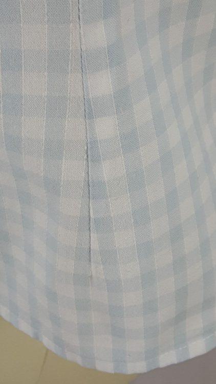 Vue de détail d'un chemisier en tissu vichy deux tailles, zoom sur une pince de cintrage de taille - modèle exemple des ateliers Rêve à Soie