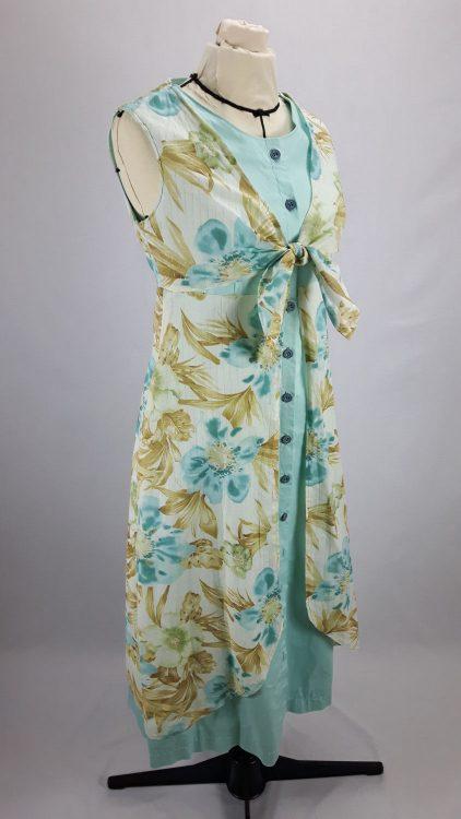 Vue de face d'une robe d'été sans manche réalisée en deux tissus (voile de coton et toile de coton), boutonnée sur le milieu devant, avec une partie haute en effet cache-cœur - modèle exemple des ateliers Rêve à Soie