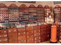Photo représentant l'intérieur d'une mercerie avec des fils, des tiroirs à boutons