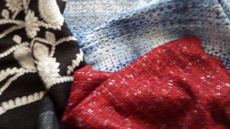 Echantillons de tissus à tissage lâche Malhia Kent noir et blanc, rouge et doré, bleu et blanc
