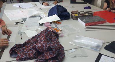 Photo d'une table prise lors d'un cours Rêve à Soie avec différents projets de patronage et de couture