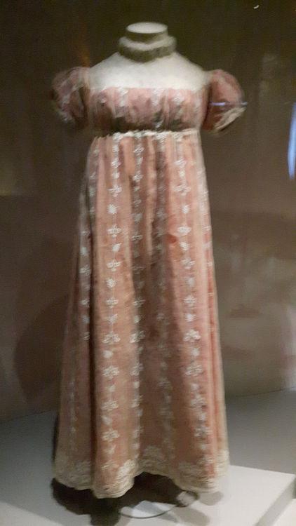 """Robe vue de face, style empire coloris rouge brique avec tulle crème brodé superposé, encolure rectangulaire et taille très haute - vue à l'exposition """"les robes de Joséphine"""" au musée de la Malmaison (février 2017)"""