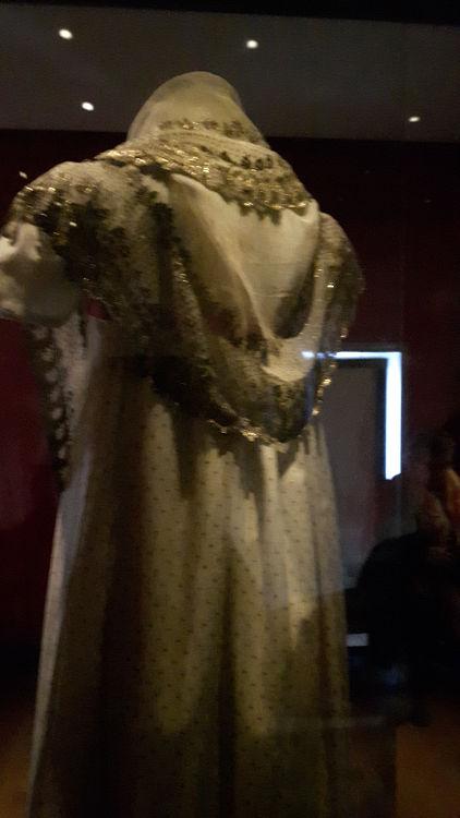 """Châle vue de dos, forme en arrondi à l'encolure et dans le milieu du dos - vue à l'exposition """"les robes de Joséphine"""" au musée de la Malmaison (février 2017)"""