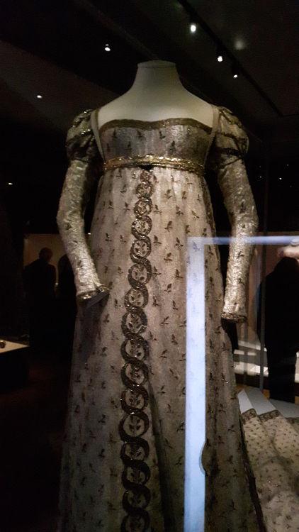 """Robe vue de face, style empire en tissu type mousseline brodée, avec décolleté très large et manches longues, broderies marquées sur le milieu devant - vue à l'exposition """"les robes de Joséphine"""" au musée de la Malmaison (février 2017)"""
