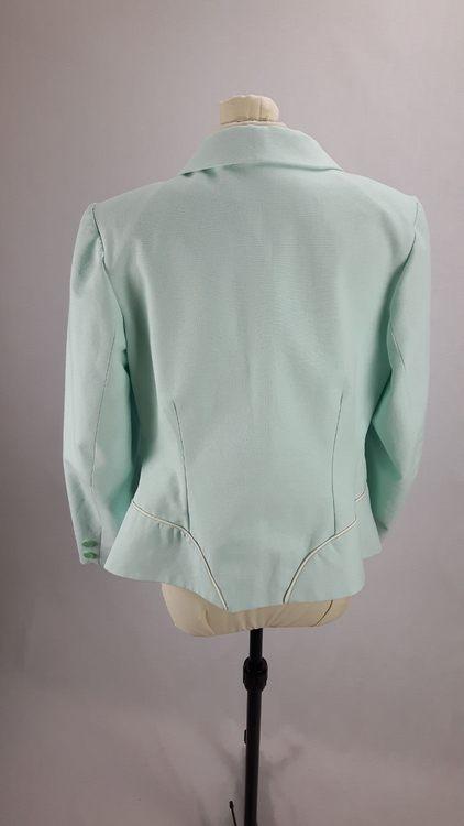 Vue de dos d'une veste en lin coloris vert d'eau avec découpe aux hanches rehaussées de passepoil crème - modèle exemple des ateliers Rêve à Soie