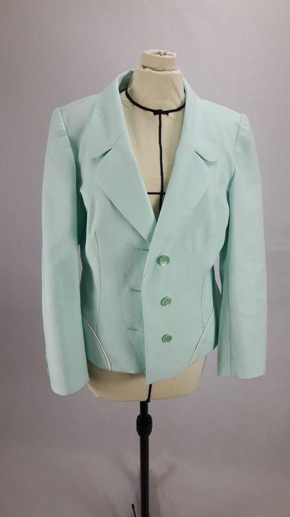 Vue de face d'une veste en lin coloris vert d'eau avec découpe aux hanches rehaussées de passepoil crème - modèle exemple des ateliers Rêve à Soie