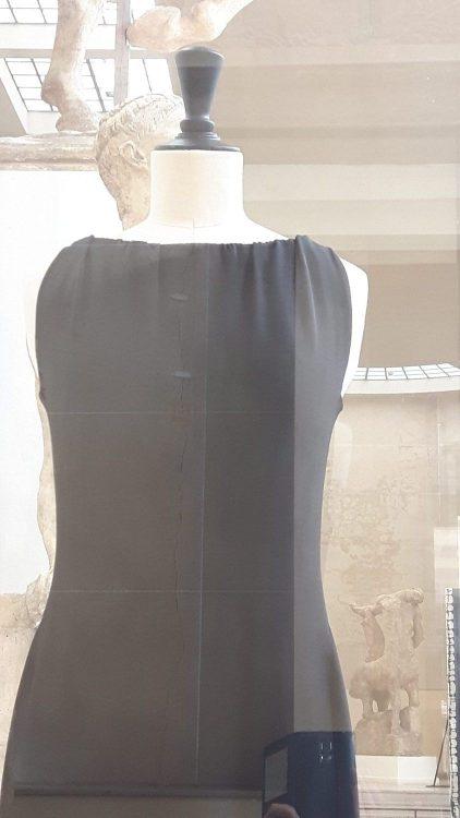 Robe noire sans manche froncée à l'encolure - vue à l'exposition Balanciaga 2017