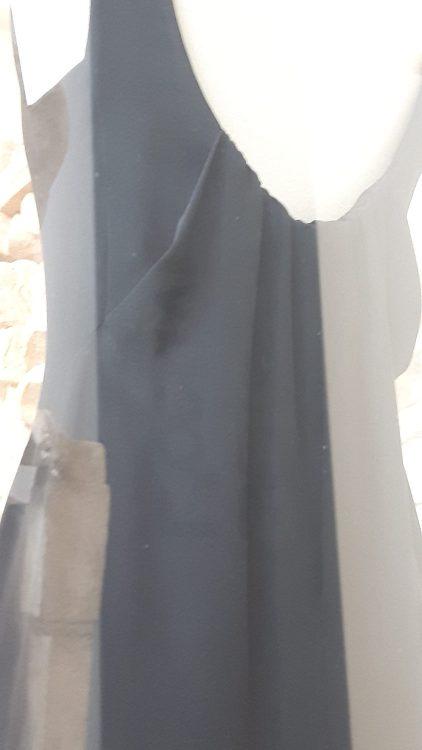 Robe noire à pli à l'encolure - vue à l'exposition Balanciaga 2017