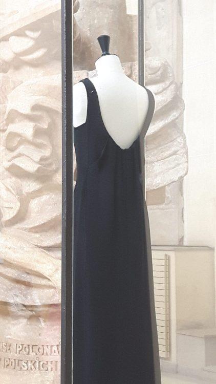 Robe noire sans manches à large décolleté dos plissé - vue à l'exposition Balanciaga 2017