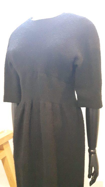 Robe noire avec empiècement de taille et froncée sur le bas, manches chauve-souris 3/4 - vue à l'exposition Balanciaga 2017