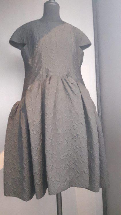 Robe noire avec empiècement de taille et froncée sur le bas, et petits mancherons - vue à l'exposition Balanciaga 2017