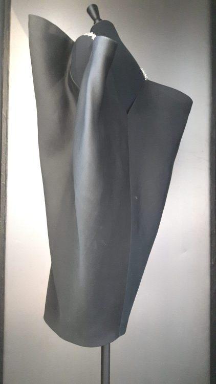 Robe noire très originale avec épaules en chaine et forme très ample aux épaules allant se rétrécissant au bas - vue à l'exposition Balanciaga 2017