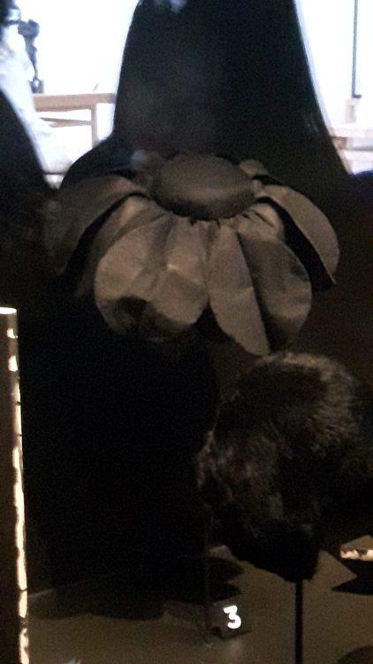 Chapeau en forme de marguerite noire - vue à l'exposition Balanciaga 2017