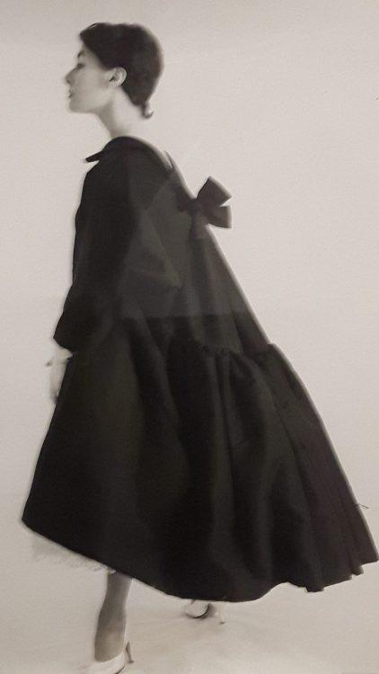 Manteau noir très ample avec large bas volanté et noeud dans le dos - vue à l'exposition Balanciaga 2017