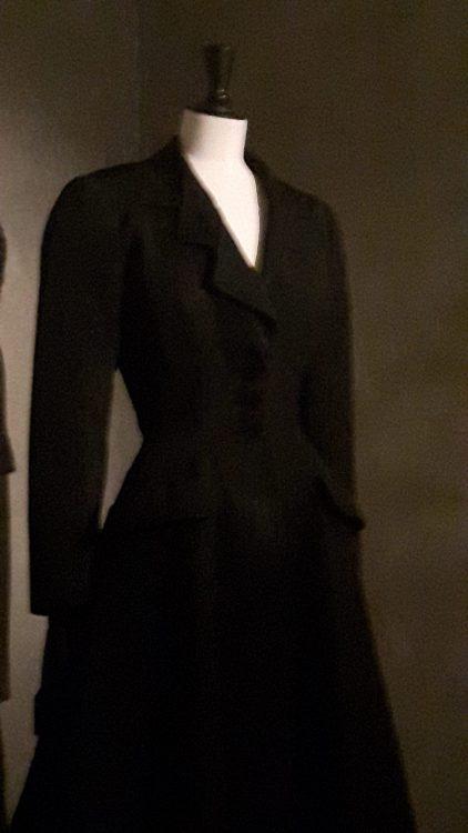Veste noire très cintrée avec col tailleur triple (avec double contre-anglaise) - vue à l'exposition Balanciaga 2017