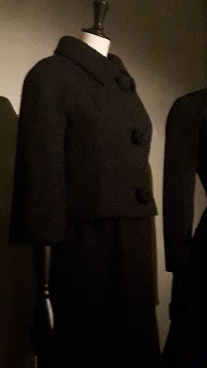 Veste noire courte en lainage avec gros boutons et col chemisier - vue à l'exposition Balanciaga 2017