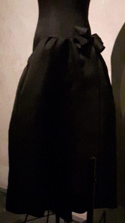 Robe noire avec découpe froncée aux hanches et noeud dans le dos - vue à l'exposition Balanciaga 2017