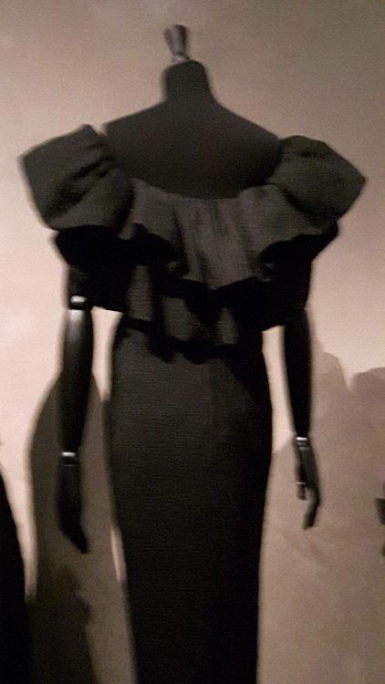 Robe noire à encolure très large, épaules nues, large col à double volant tombant sur les bras et le bas du dos - vue à l'exposition Balanciaga 2017