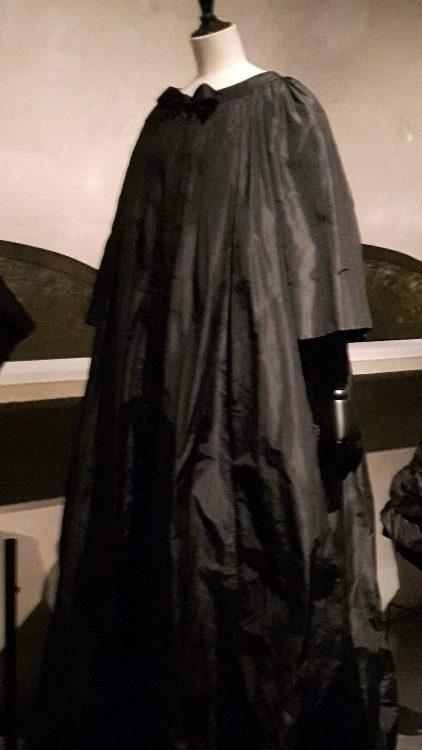 Manteau noir forme trapèze très ample et long, à encolure ronde - vue à l'exposition Balanciaga 2017