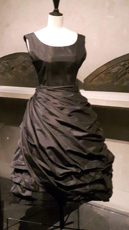 Robe noire avec jupe drapée en biais nouée à la taille - vue à l'exposition Balanciaga 2017