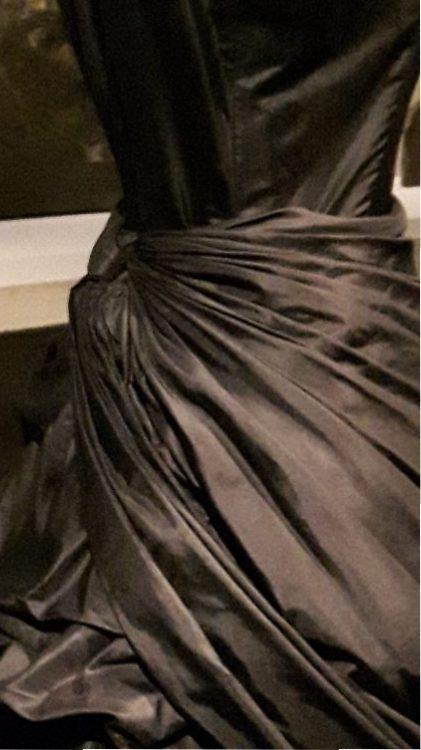 Zoom sur le drapé noué à la taille d'une robe - vue à l'exposition Balanciaga 2017