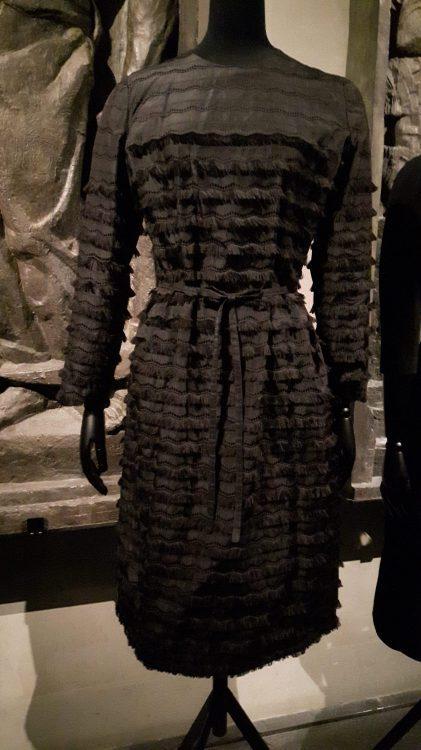 Robe en tissu plissé horizontal - vue à l'exposition Balanciaga 2017