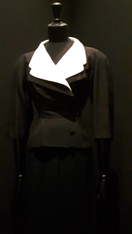 Veste noire croisée avec double col tailleur très large dont le col de dessus est blanc - vue à l'exposition Balanciaga 2017