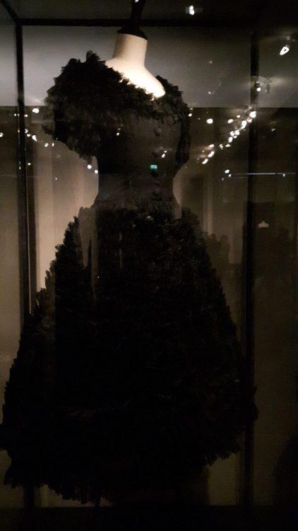 """Robe noire avec bas, manches et encolure en tissu """"froufoutant"""" - vue à l'exposition Balanciaga 2017"""