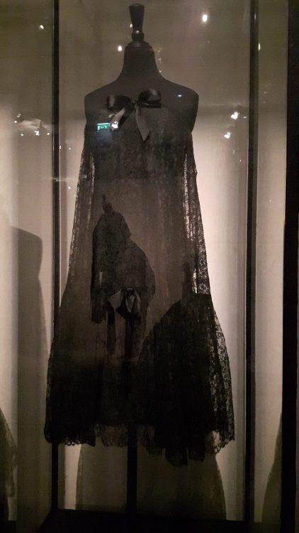 Robe noire bustier en dentelle avec nœud à la poitrine- vue à l'exposition Balanciaga 2017