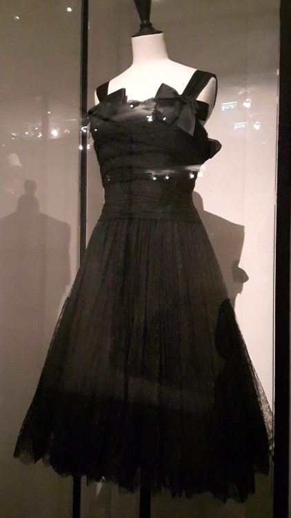 Robe noire avec jupe en tulle très ample et haut à bretelles avec nœuds, ceinture large - vue à l'exposition Balanciaga 2017