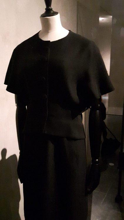 Veste noire à manches courtes et larges chauve-souris et encolure ronde - vue à l'exposition Balanciaga 2017
