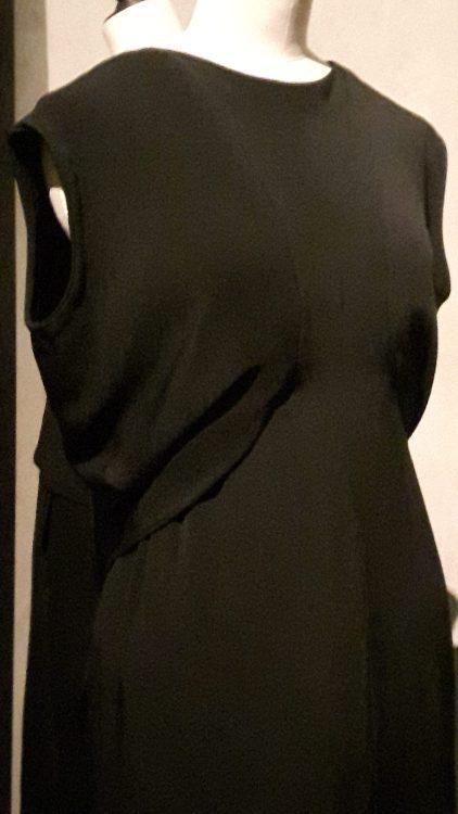 Robe noire sans manche drapée à la taille sur le devant et froncée sur le bas - vue à l'exposition Balanciaga 2017