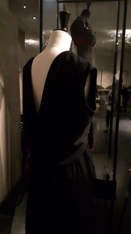 Robe noire avec encolure en V profonde dans le dos - vue à l'exposition Balanciaga 2017