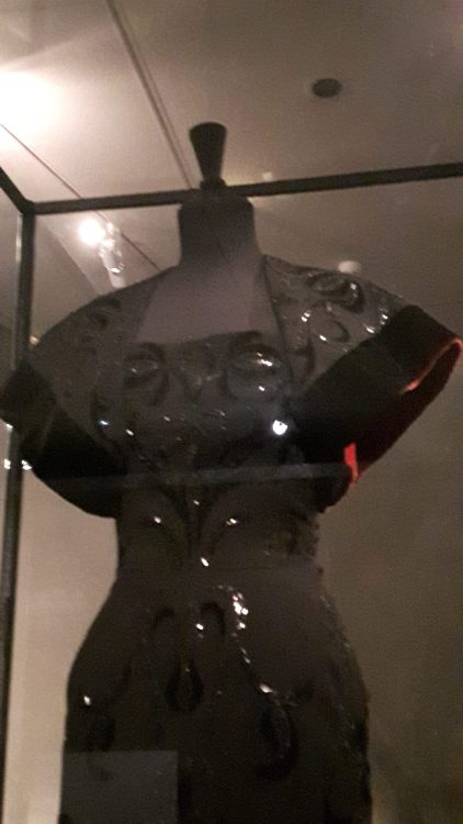 Robe noire à motifs, très ajustée, manches courtes raglan bordée de velours, encolure rectangulaire - vue à l'exposition Balanciaga 2017