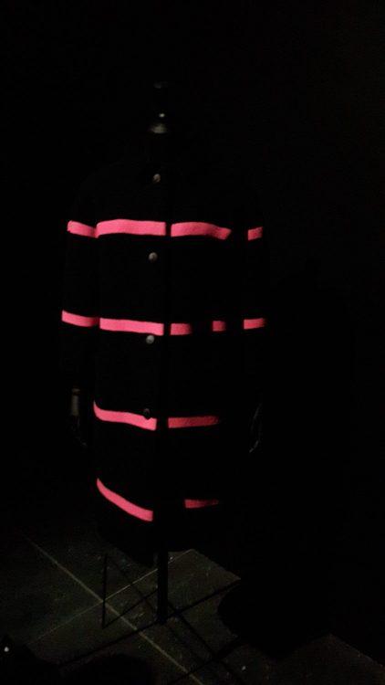 Manteau en tissu à rayure rose fushia - vue à l'exposition Balanciaga 2017