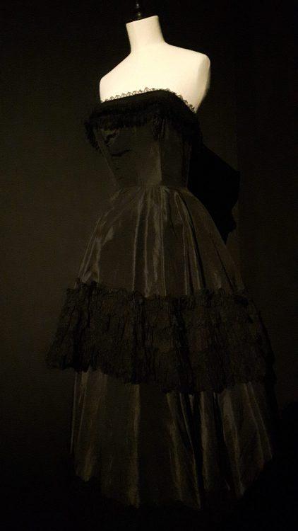 Robe noire avec bande en dentelle au milieu de la jupe et en haut du bustier - vue à l'exposition Balanciaga 2017