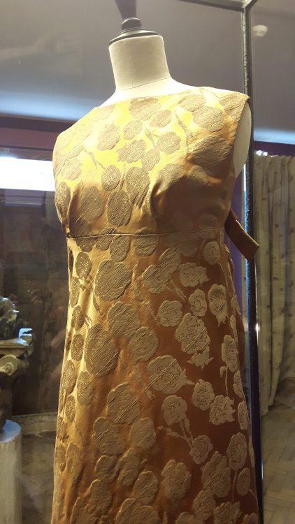 Vue de face d'une robe en tissu satin rose orangé - vue à l'exposition Balanciaga 2017