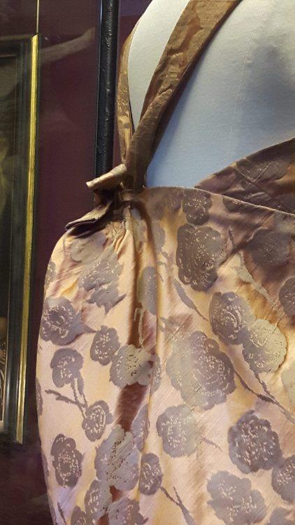 Zoom sur le noeud à la taille rejoignant les épaules d'une robe en tissu satin rose orangé - vue à l'exposition Balanciaga 2017