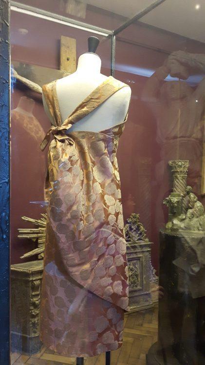 Zoom sur le noué à la taille rejoignant les épaules d'une robe en tissu satin rose orangé - vue à l'exposition Balanciaga 2017