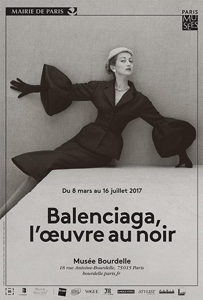 """Affiche de l'exposition """"Balanciaga, l'oeuvre au noir"""" 2017 présentant une photo d'un modèle de robe à larges manches au dessus du texte annonçant l'exposition"""