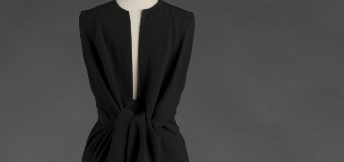 Robe noire avec encolure très profonde devant - vue à l'exposition Balanciaga 2017