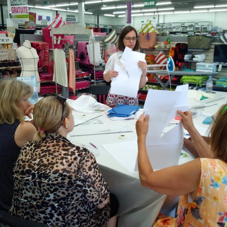 Photo des ateliers-démo Patronage au magasin Tissus des Ursules de Ste-Geneviève-des-Bois : explication du résultat d'une transformation de patron par Christine CHARLES
