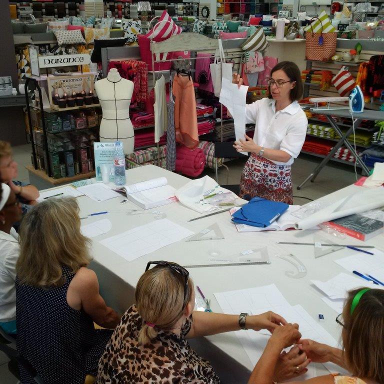 Photo des ateliers-démo Patronage au magasin Tissus des Ursules de Ste-Geneviève-des-Bois : explication du patron au fini par Christine CHARLES