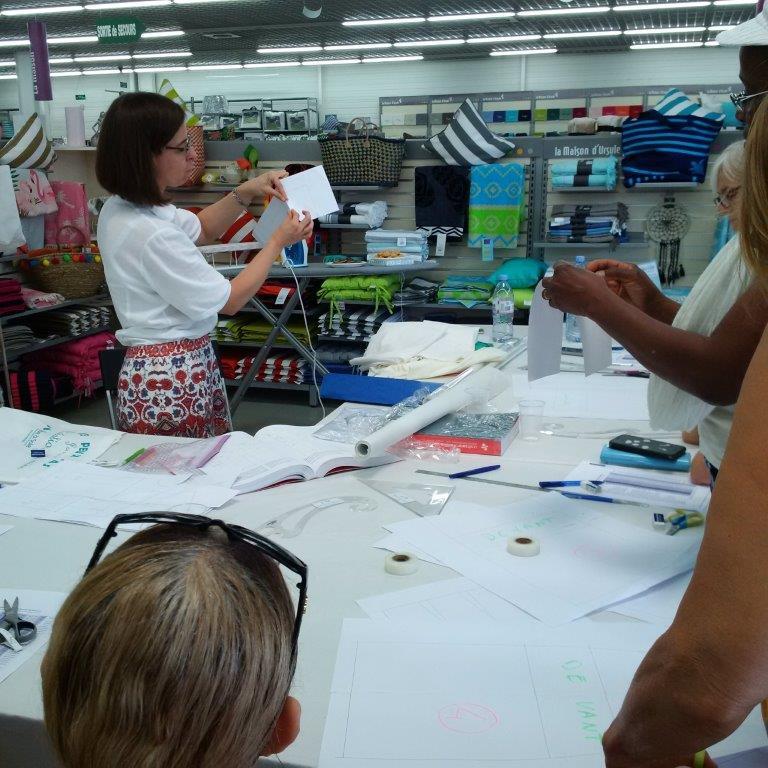 Photo des ateliers-démo Stylisme au magasin Tissus des Ursules de Ste-Geneviève-des-Bois : explication de la technique de création d'un enforme de jupe par Christine CHARLES