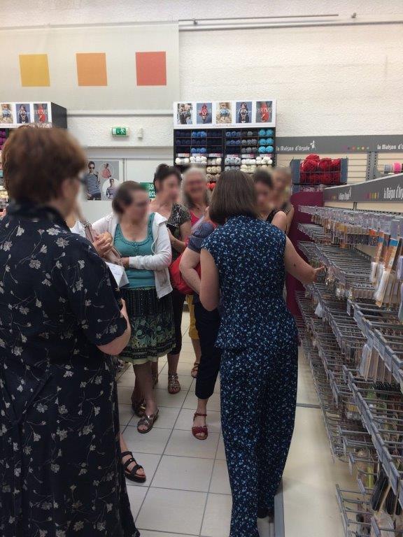 Photo des ateliers-démo Finitions au magasin La Maison d'Ursule de Villebon-sur-Yvette : présentation des appareils pour réaliser son biais soi-même par Christine CHARLES